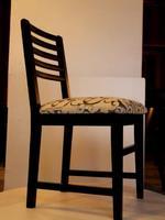 дървени маси и столове за поставяне на открито
