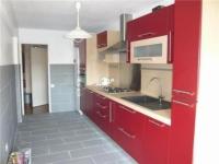 Кухня в червено и светъл дървесен цвят