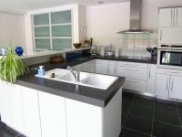 П-образна кухня в бяло